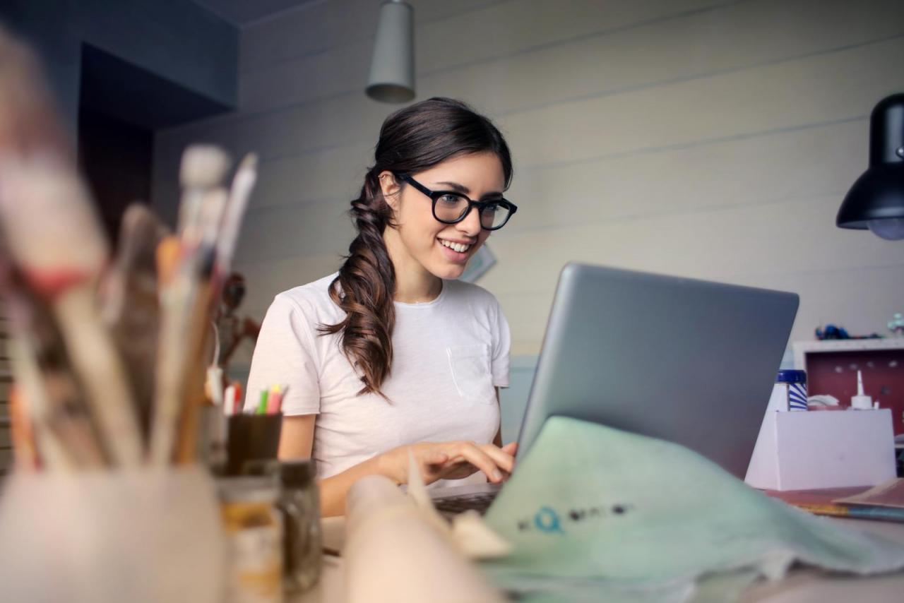 Frau am PC Glücklich Arbeiten Zufrieden